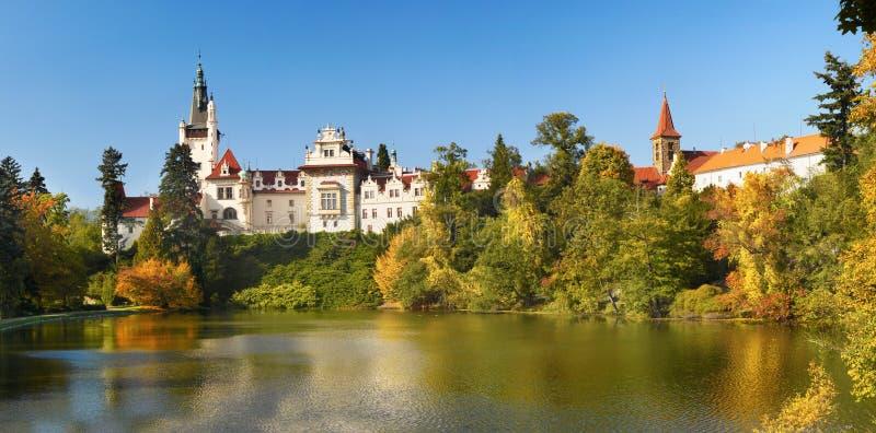 Parque y castillo, Praga de Pruhonice foto de archivo