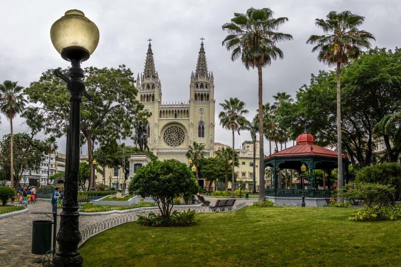 Parque y catedral metropolitana - Guayaquil, Ecuador de las iguanas del parque de Seminario imagenes de archivo