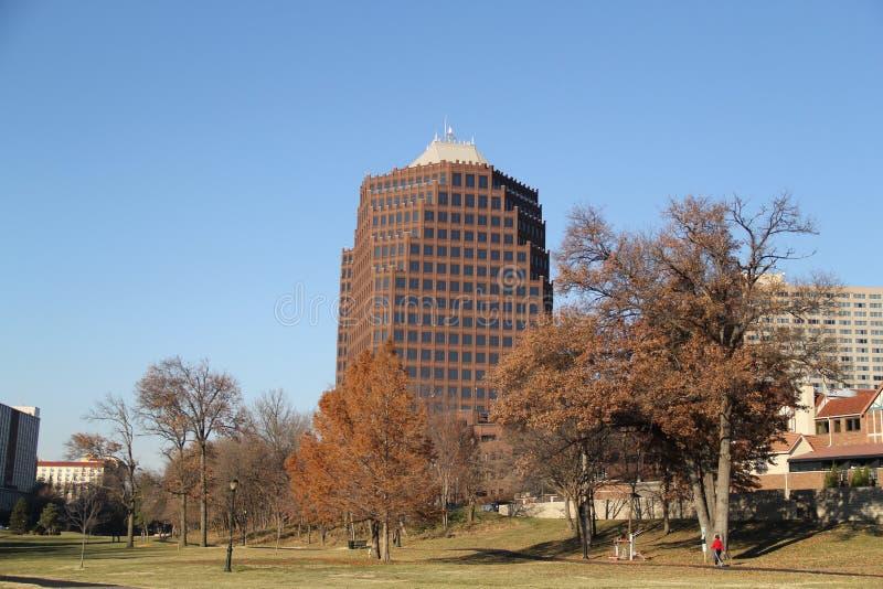 Parque y edificio grande fotos de archivo