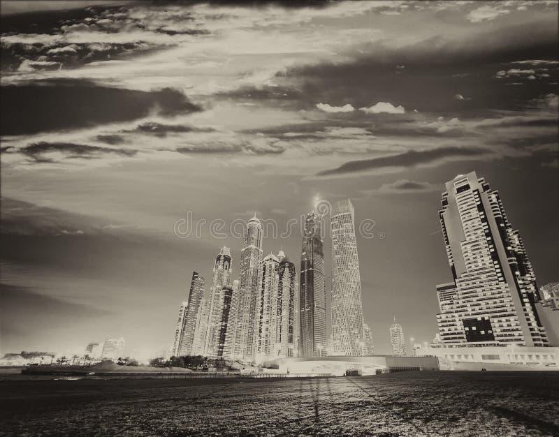 Parque y horizonte del puerto deportivo de Dubai en la puesta del sol imágenes de archivo libres de regalías