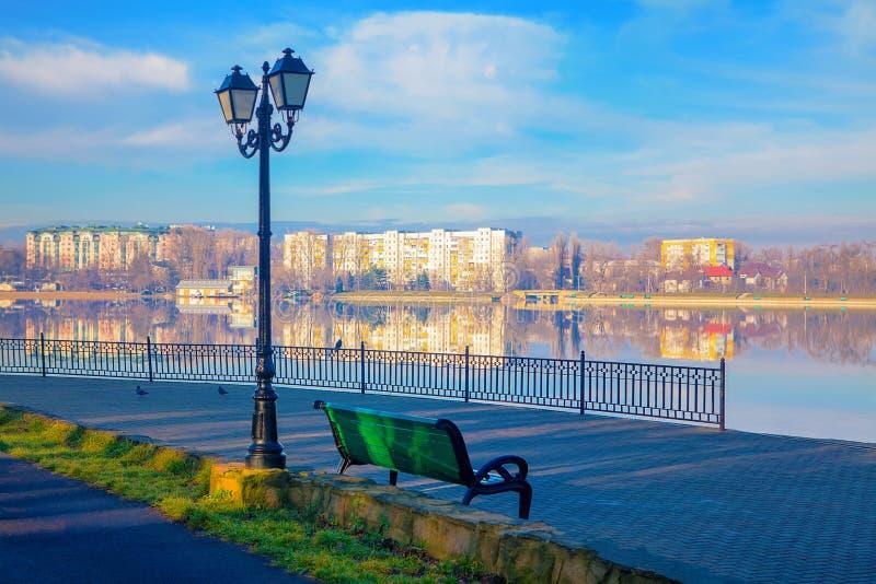 Parque y lago en la primavera imagen de archivo