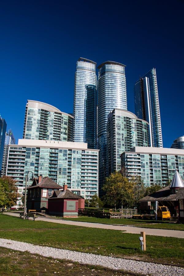 Parque y rascacielos del tren en Toronto céntrico fotografía de archivo