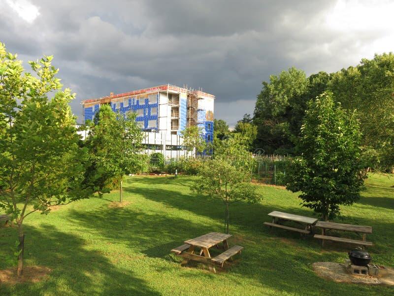 Parque y refugio para personas sin techo bajo construcción foto de archivo