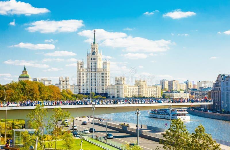 Parque Zaryadye y puente de flotación, Moscú fotos de archivo