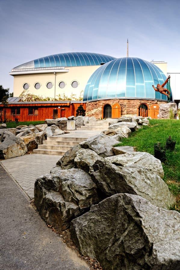Parque zoológico del mono del pabellón en Bratislava imagen de archivo