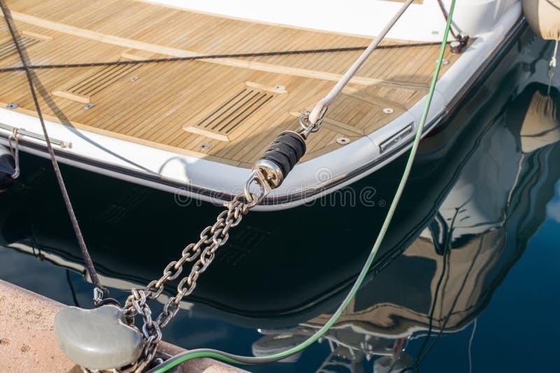 Parqueando el yate al embarcadero con el amarre salte y encadene imagen de archivo