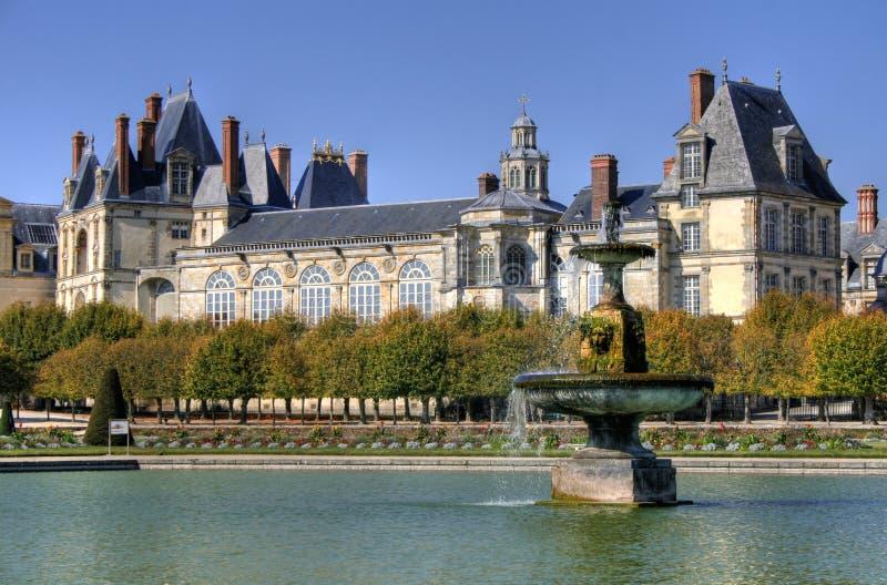 Parquee con la charca del palacio de Fontainebleau en Francia fotos de archivo