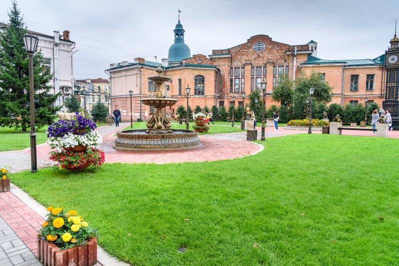 Parquee con la fuente cerca de la calle de Lenin en Irkutsk Rusia imagen de archivo