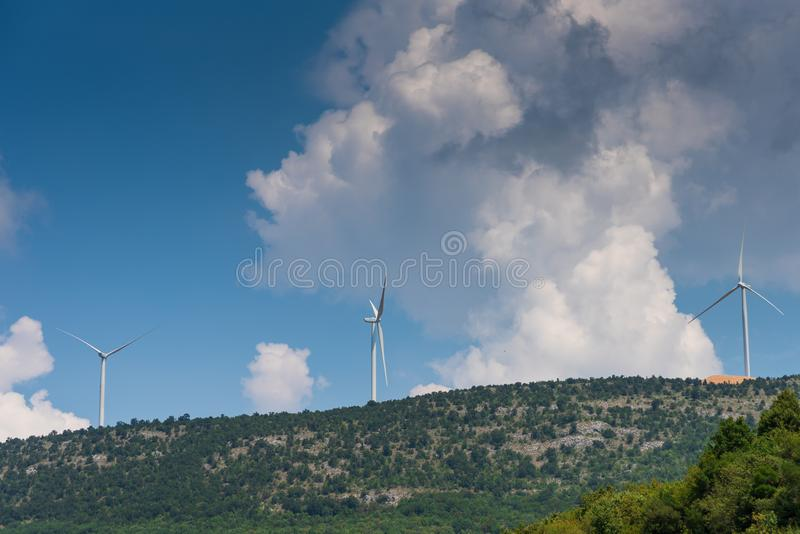Parques eólicos en picos de montaña foto de archivo