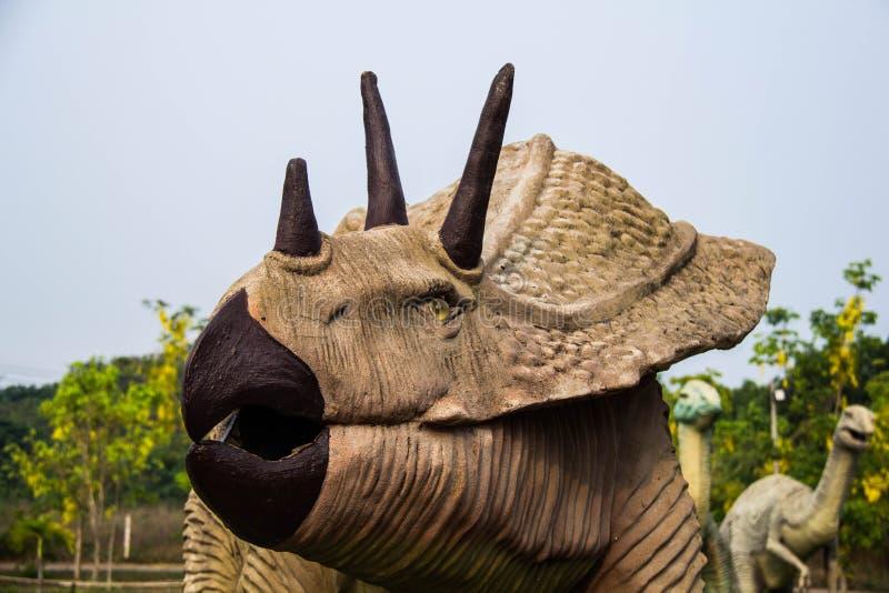 Parques públicos de dinosaurio del triceratops de las estatuas en la provincia de Kalasin fotografía de archivo