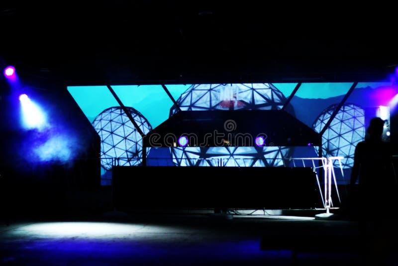 Parquet de danse avec le DJ et la projection colorée image libre de droits