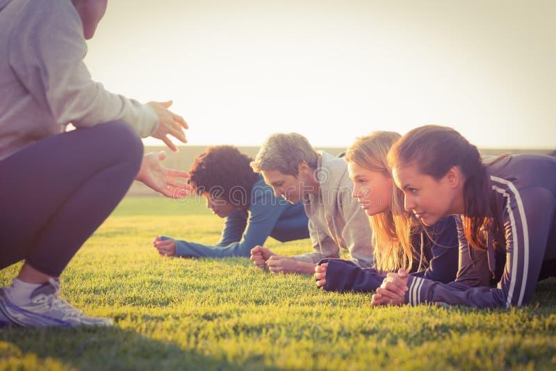 Parquet sportif de femmes pendant la classe de forme physique photographie stock libre de droits