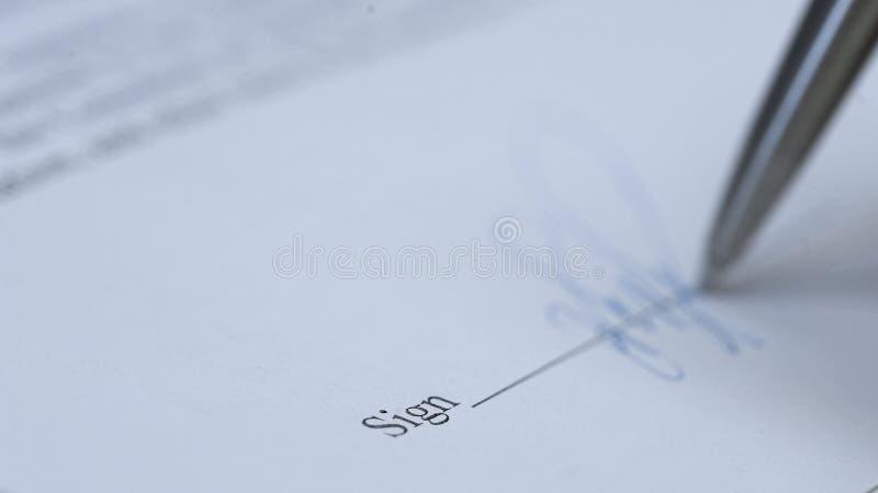 Parquez la macro vue de signature de document, accord d'achat, affaire d'affaires, contrat photo libre de droits