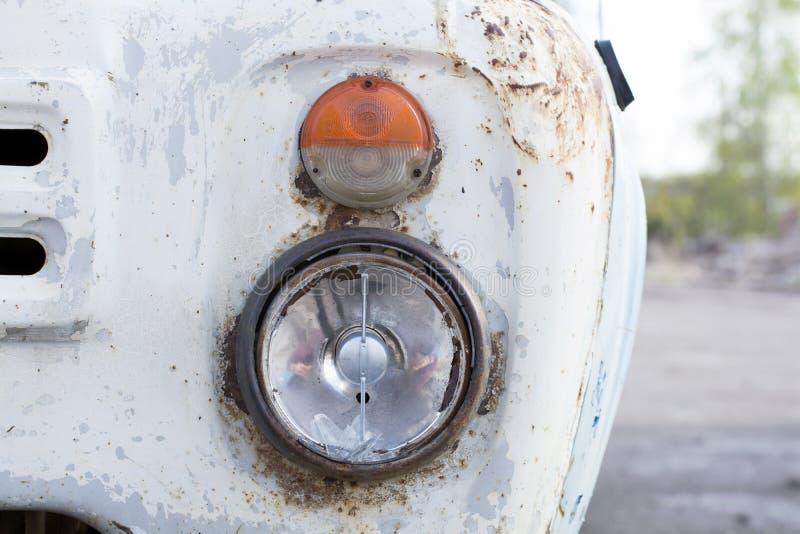 Parrilla antigua del camión y linterna quebrada fotografía de archivo