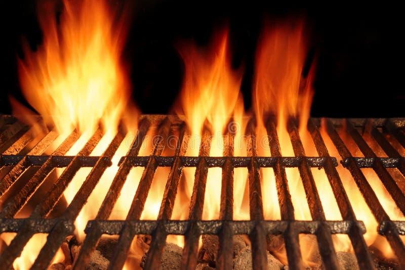 Parrilla caliente vacía del arrabio del Bbq con el fuego ardiente del carbón de leña imagen de archivo libre de regalías