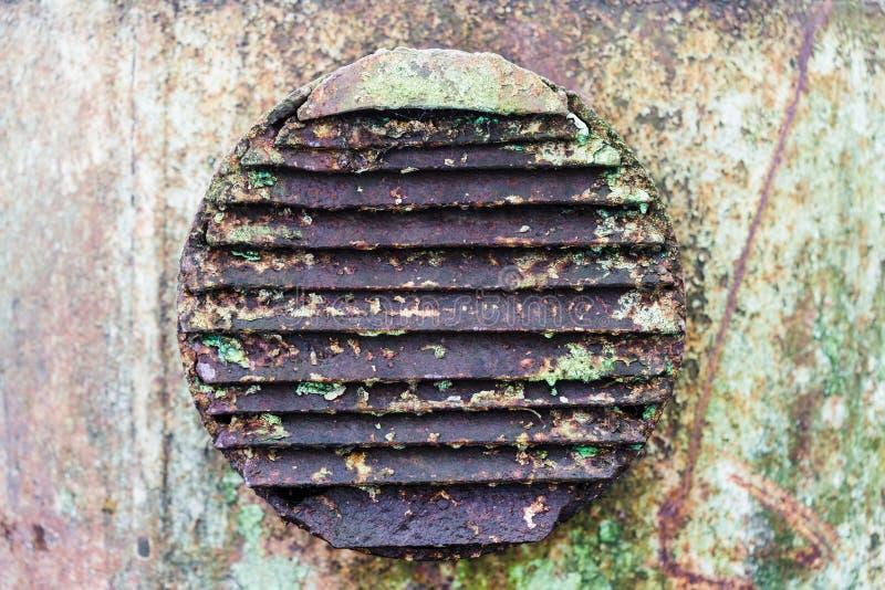 Parrilla circular industrial de la ventilación del metal oxidado viejo imágenes de archivo libres de regalías