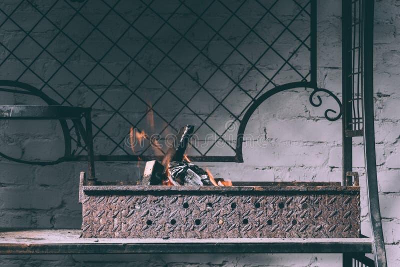 Parrilla con el fuego, las llamas y los carbones de leña fotos de archivo libres de regalías