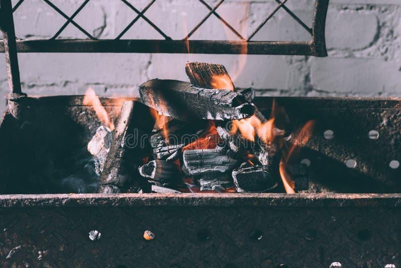 Parrilla con el fuego, las llamas y los carbones de leña imagenes de archivo