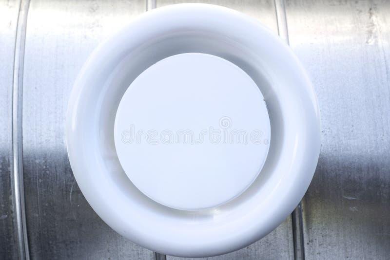 Parrilla de aire en un conducto circular imagen de archivo libre de regalías