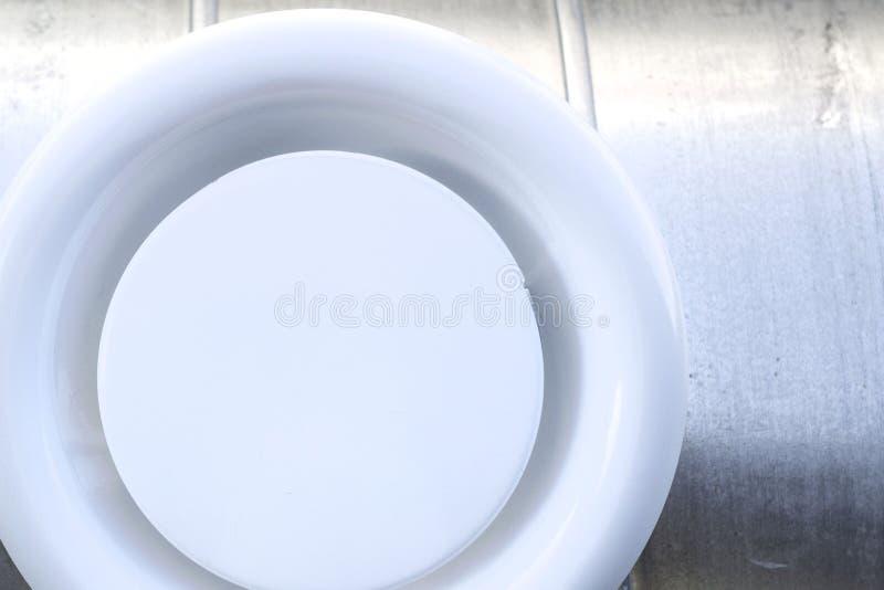Parrilla de aire en un conducto circular foto de archivo