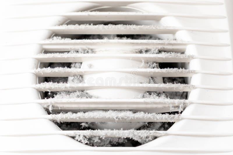 Parrilla de aire plástica blanca extremadamente sucia y polvorienta de la ventilación en casa cerca para arriba, dañino para la s fotografía de archivo