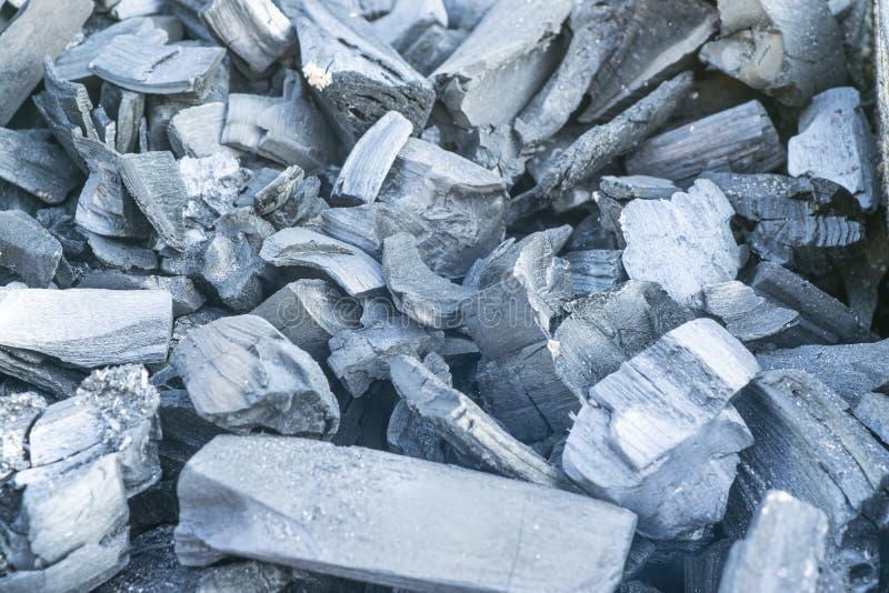 Parrilla de la barbacoa con las briquetas de carbón llameantes y calientes para la barbacoa, primer imagen de archivo