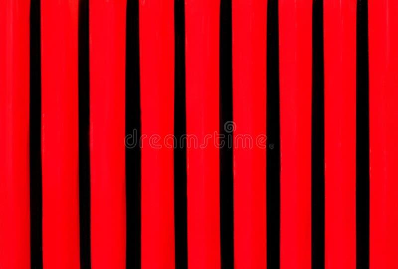 Parrilla de la rejilla en la capilla del cierre del coche del vintage para arriba Fondo negro rojo del metal fotos de archivo