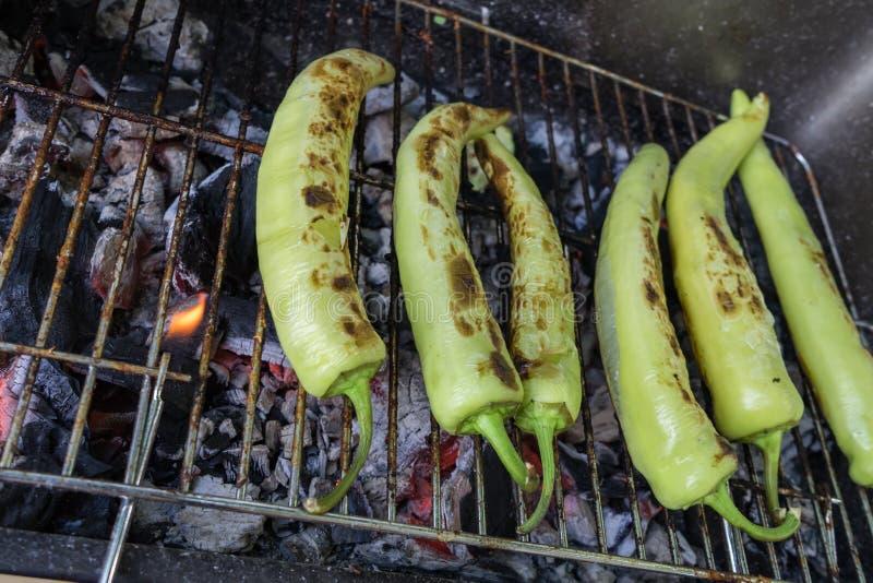 Parrilla de los chiles cuando suave él será fácil pelar Pimientas de chile frescas de anaheim que asan sobre un fuego del carb?n  fotografía de archivo