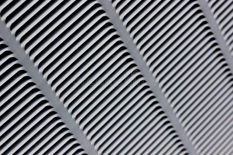 Parrilla del metal para la ventilación gris Fondo industrial Rayas horizontales y diagonales negras en un fondo gris fotografía de archivo