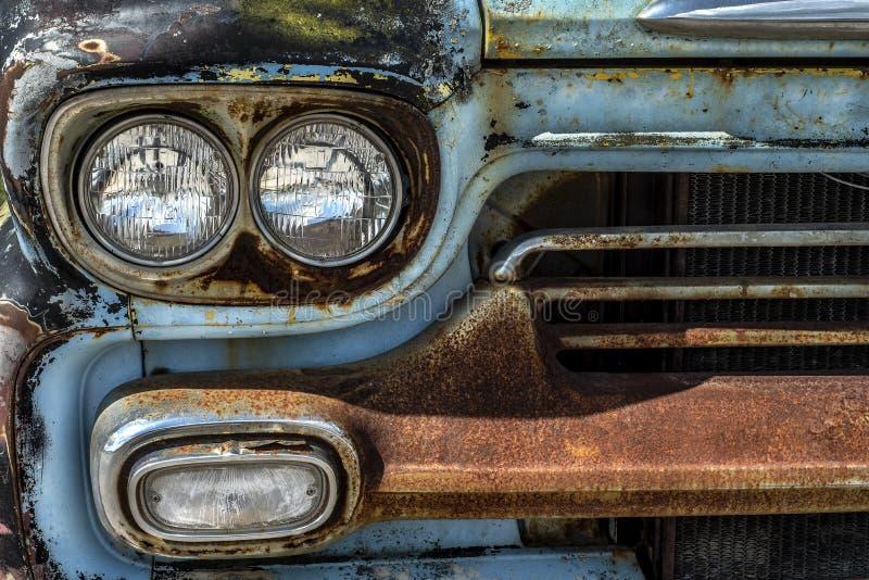 Parrilla delantera de metal oxidado y parachoques de la antigua camioneta clásica imagen de archivo