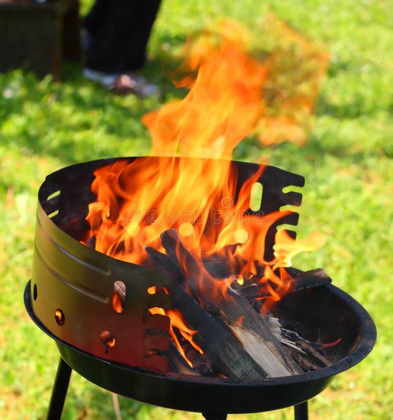 Parrilla en llamas imagen de archivo libre de regalías