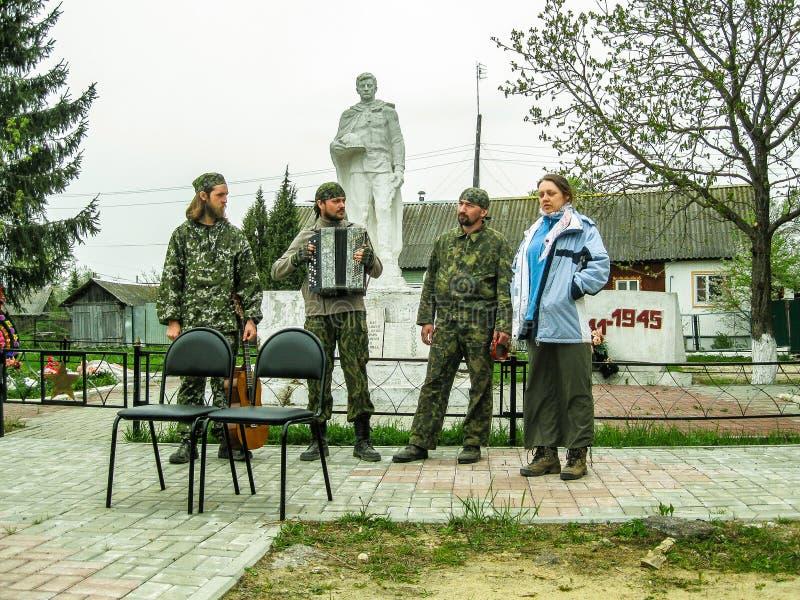 Parroquia de la reunión de la iglesia ortodoxa en la región de Kaluga (Rusia) con los motorista-cristianos ortodoxos en 2014 fotografía de archivo