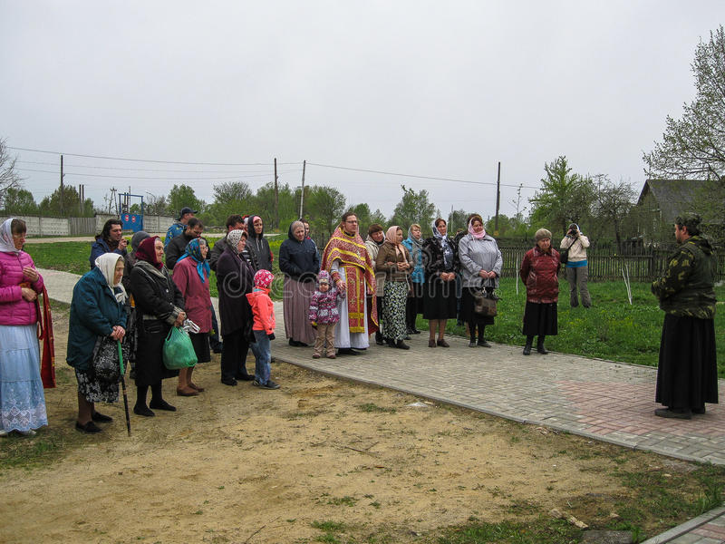 Parroquia de la reunión de la iglesia ortodoxa en la región de Kaluga (Rusia) con los motorista-cristianos ortodoxos en 2014 foto de archivo libre de regalías