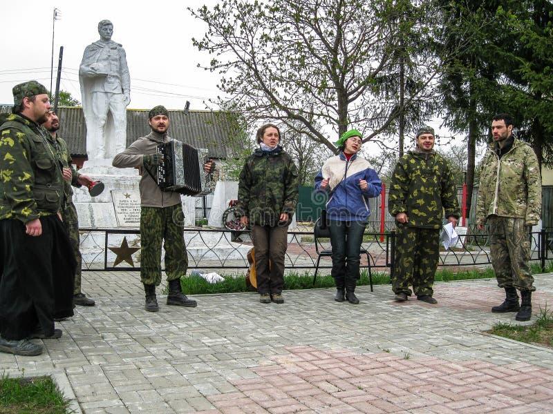 Parroquia de la reunión de la iglesia ortodoxa en la región de Kaluga (Rusia) con los motorista-cristianos ortodoxos en 2014 fotos de archivo libres de regalías