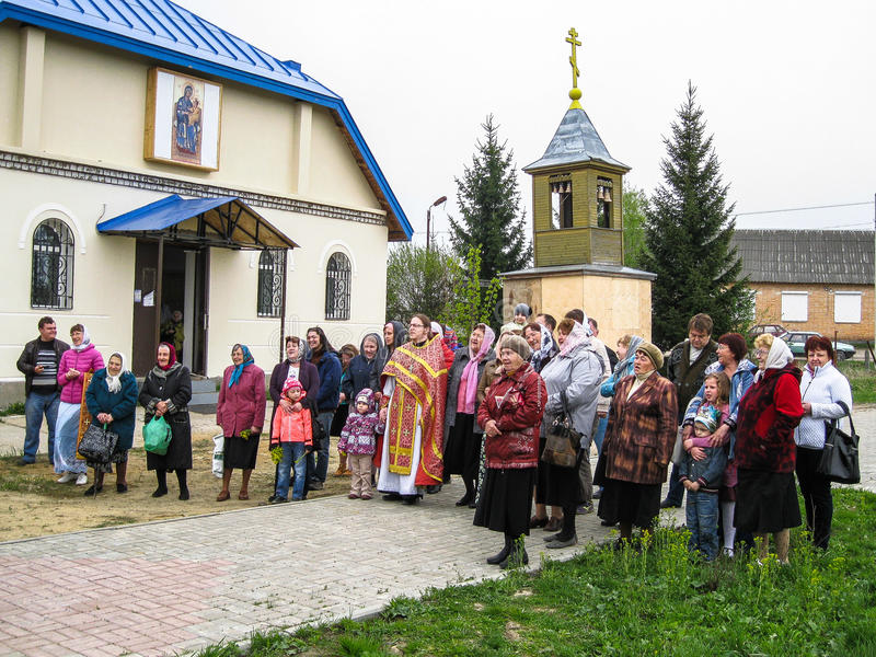 Parroquia de la reunión de la iglesia ortodoxa en la región de Kaluga (Rusia) con los motorista-cristianos ortodoxos en 2014 fotos de archivo