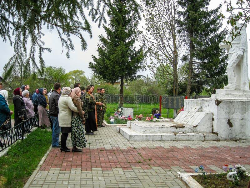 Parroquia de la reunión de la iglesia ortodoxa en la región de Kaluga (Rusia) con los motorista-cristianos ortodoxos en 2014 fotografía de archivo libre de regalías
