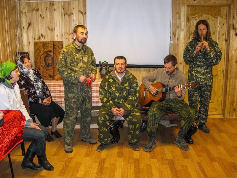 Parroquia de la reunión de la iglesia ortodoxa en la región de Kaluga (Rusia) con los motorista-cristianos ortodoxos en 2014 imágenes de archivo libres de regalías