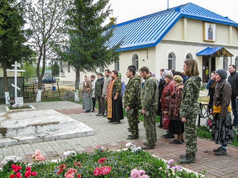 Parroquia de la reunión de la iglesia ortodoxa en la región de Kaluga (Rusia) con los motorista-cristianos ortodoxos en 2014 imagen de archivo libre de regalías