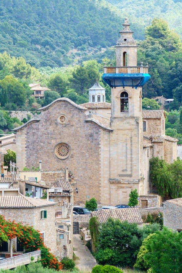 Parroquia de Sant Bartomeu en la ciudad vieja de Valldemossa, Majorca, Espa?a imagen de archivo libre de regalías