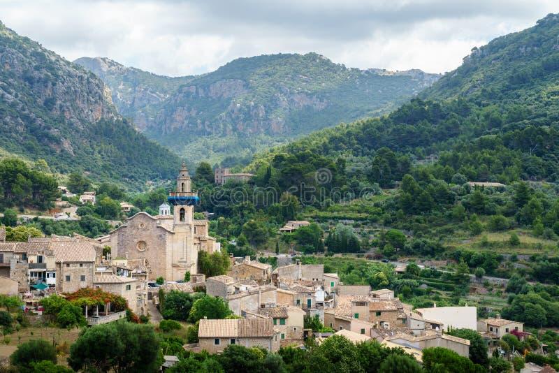Parroquia de Sant Bartomeu en las monta?as de Valldemossa, Majorca, Espa?a foto de archivo