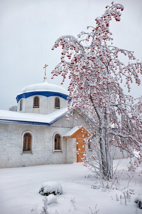 Parroquia del anuncio en Novosibirsk en la estación del invierno imagenes de archivo