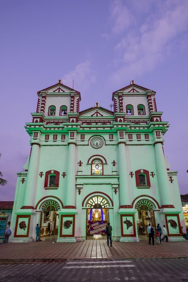 Parroquia Nuestra Señora Del Carmen Guatap en la noche foto de archivo libre de regalías