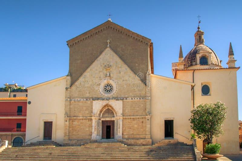 Parroquia S Iglesia de Maria Assunta en la ciudad de Orbetello en Italia fotos de archivo