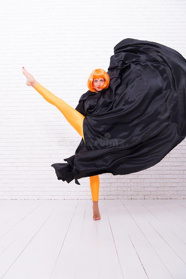 Parrucca dello zenzero della donna che esegue ballo di arte moderna Stile di vita del ballerino Smetta di nascondere l'energia lu immagini stock