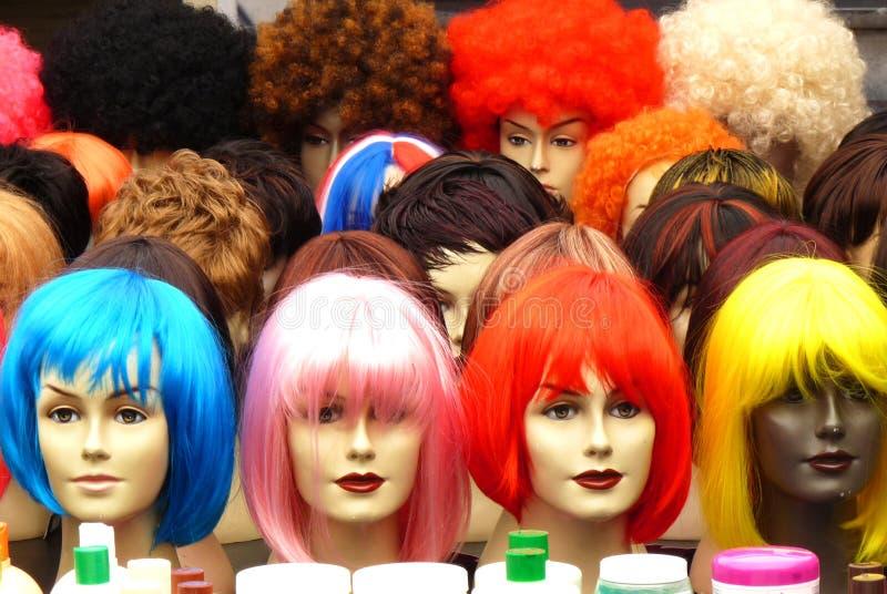 Parrucche variopinte sulle teste dei burattini fotografia stock
