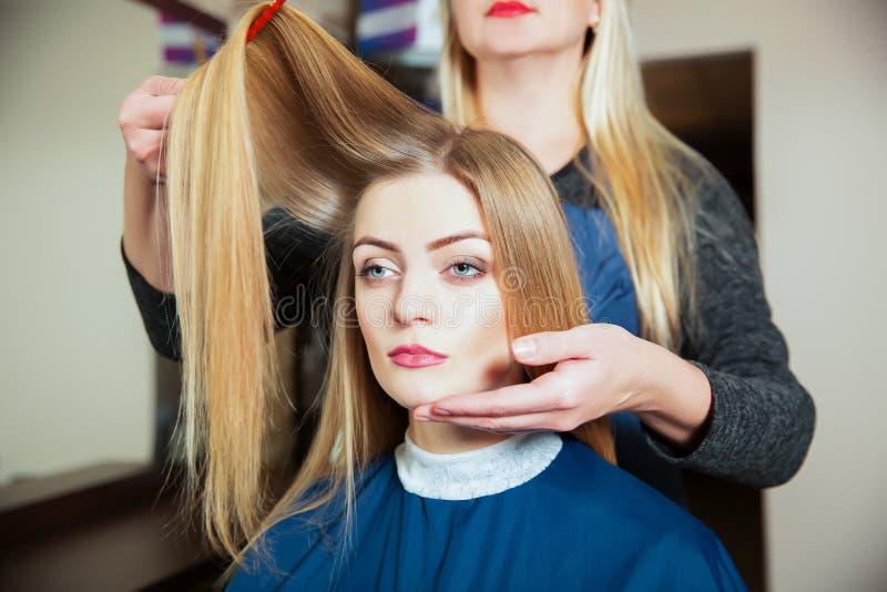 Parrucchiere che fa acconciatura con la spazzola per i capelli immagini stock