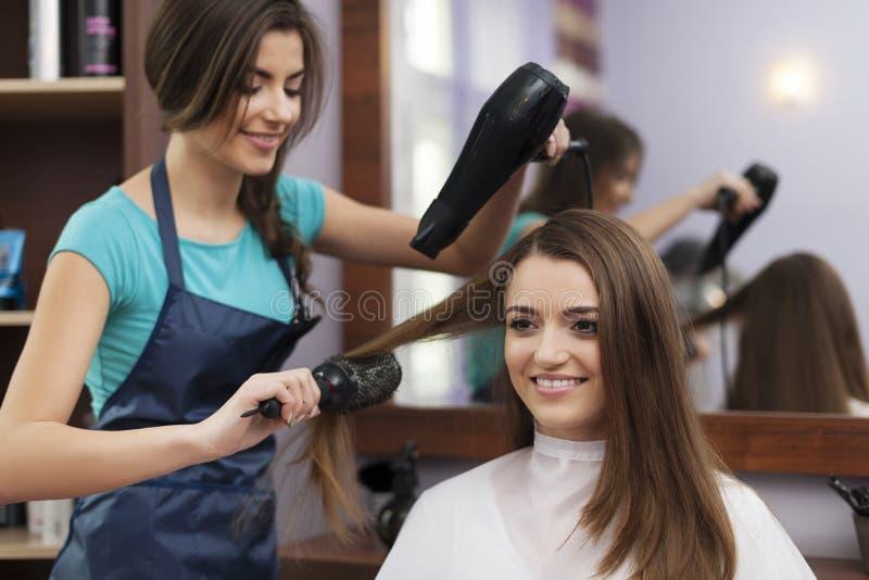 Parrucchiere che fa un nuovo stile dei capelli fotografia stock libera da diritti