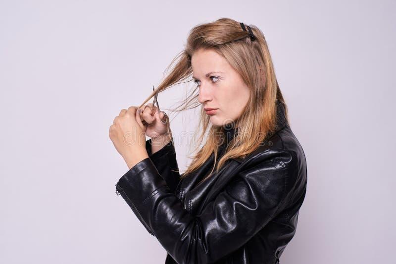 Parrucchiere della ragazza Taglio dei capelli Fondo leggero immagine stock