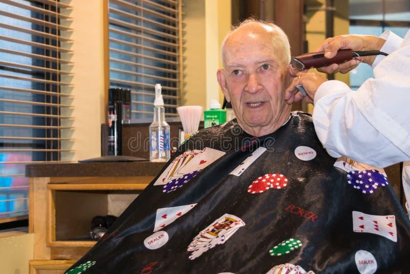 Parrucchiere di taglio di capelli dell'uomo immagine stock libera da diritti