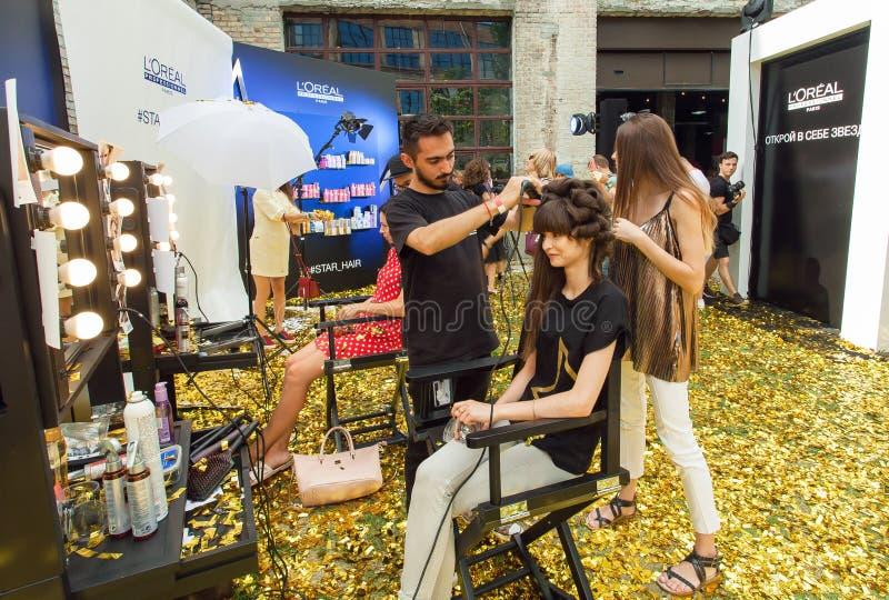 Parrucchiere e giovane donna che fanno nuova acconciatura in un salone di bellezza a finestra durante il partito all'aperto popol fotografie stock libere da diritti